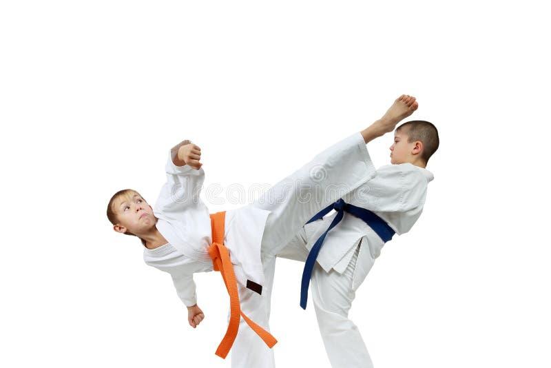 Os atletas fortes das crianças estão batendo pontapés dos sopros imagens de stock