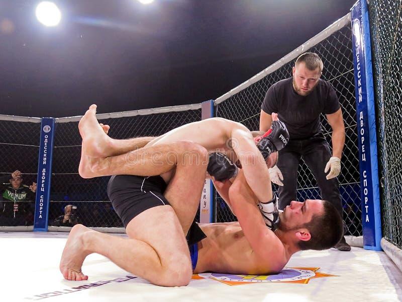 Os atletas no anel octogonal para o esporte extremo das lutas misturaram Muttahida Majlis-E-Amal MAXMIX do competiam da competiçã imagem de stock royalty free