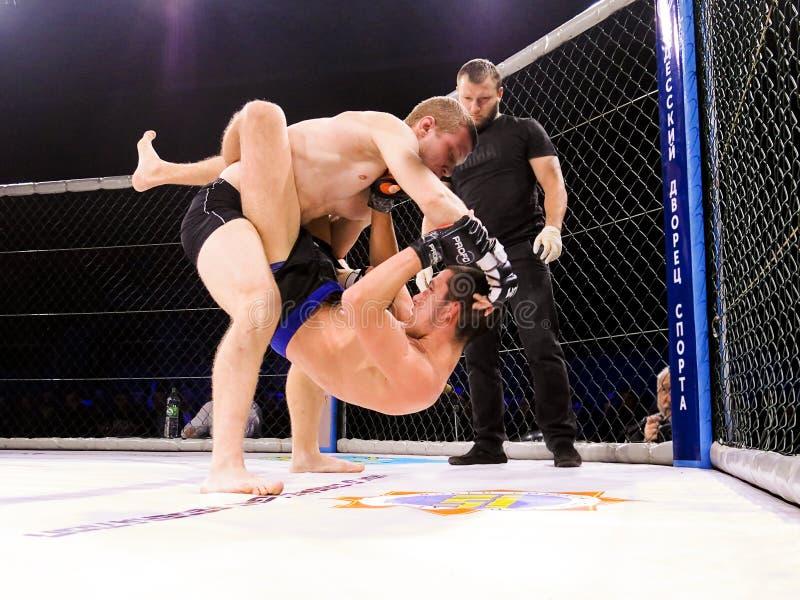 Os atletas no anel octogonal para o esporte extremo das lutas misturaram Muttahida Majlis-E-Amal MAXMIX do competiam da competiçã imagem de stock