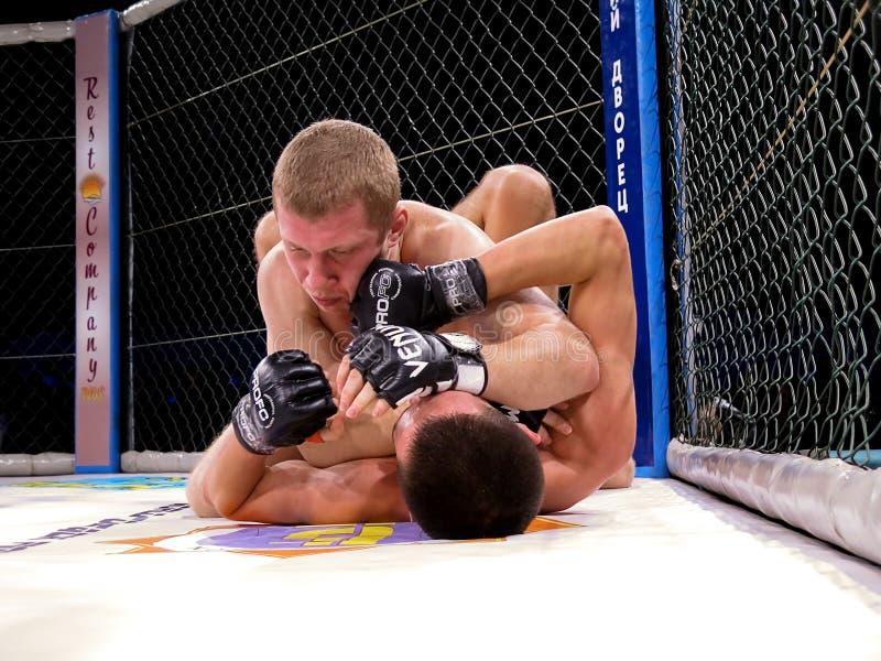 Os atletas no anel octogonal para o esporte extremo das lutas misturaram Muttahida Majlis-E-Amal MAXMIX do competiam da competiçã fotos de stock
