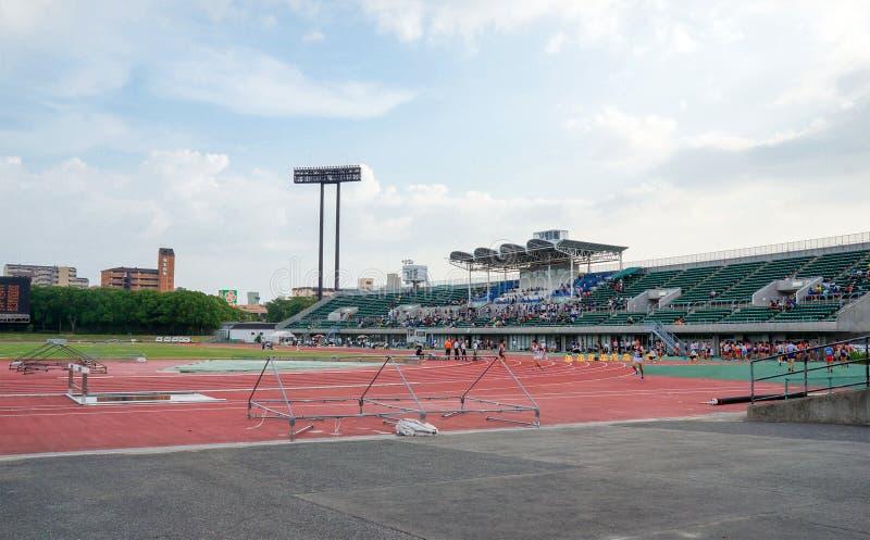 Os atletas que competem em Yanmar colocam, Nagai, campo da trilha do atletismo fotografia de stock