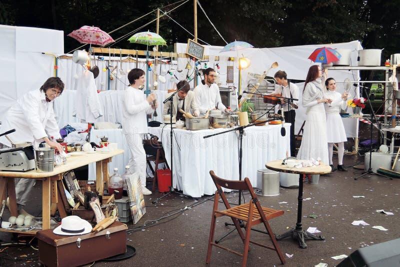 Os atores da rua executam no parque da recreação de Gorky em Moscou imagens de stock royalty free