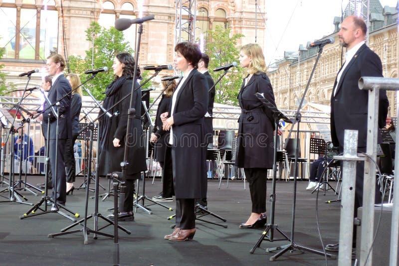 Os atores do teatro de MHT executam da fase na feira de livro no quadrado vermelho em Moscou fotos de stock