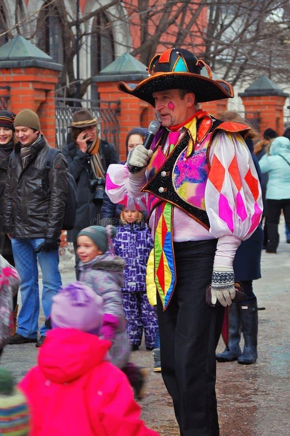Os atores e as pessoas comuns da rua comemoram Shrovetide imagens de stock royalty free