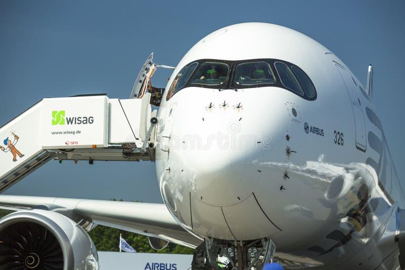 Os aviões Airbus A350 XWB, demonstração durante a exposição aeroespacial internacional ILA Berlin Air Show-2014 fotos de stock