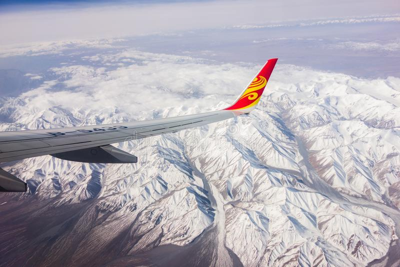 Os aviões, alta altitude, neve-tamparam montanhas, deserto imagens de stock royalty free