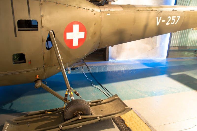 Os aviões da era da segunda guerra mundial, o vintage e os aviões históricos com cruz branca em um círculo vermelho assinam foto de stock