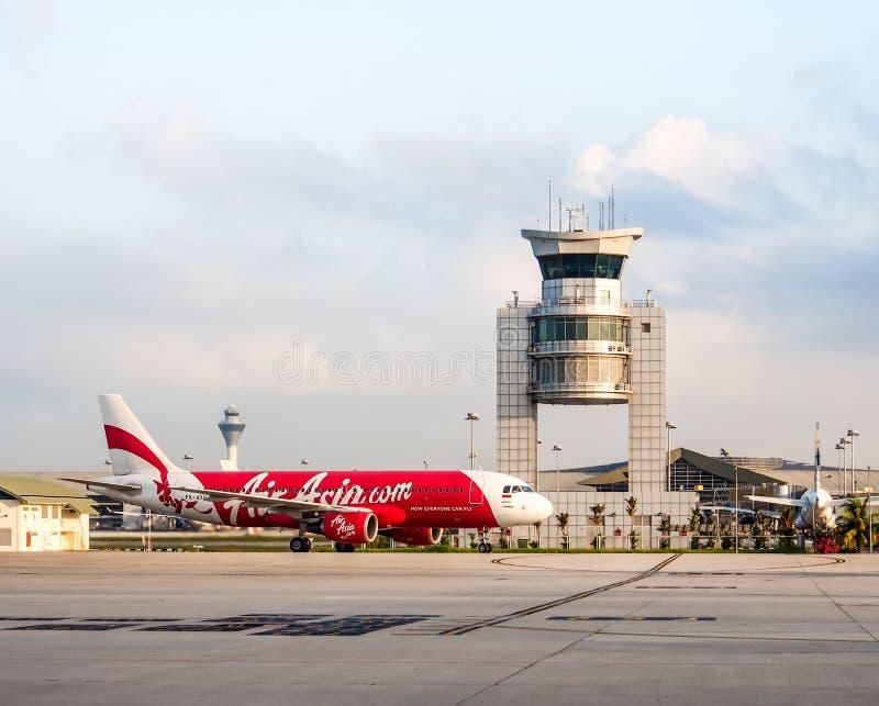 Os aviões de Air Asia aterraram no aeroporto de LCCT, Malásia fotografia de stock