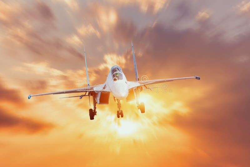 Os aviões de combate dos aviões com o chassi liberaram manobras na perspectiva do brilho claro brilhante fotos de stock