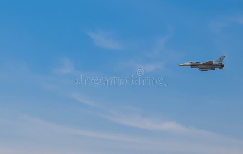 Os aviões de combate estão voando sobre o espaço aéreo tailandês No céu azul brilhante fotografia de stock