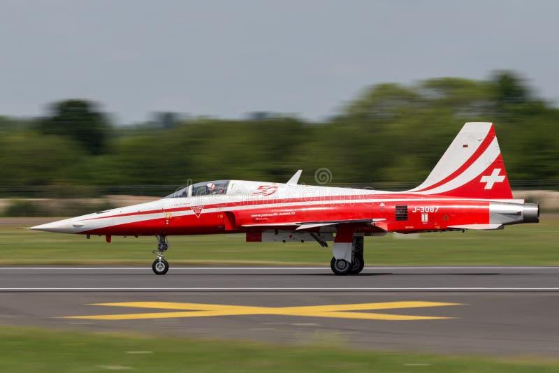 Os aviões de lutador de Northrop F-5E da formação suíça da força aérea indicam a equipe Patrouille Suisse imagem de stock royalty free