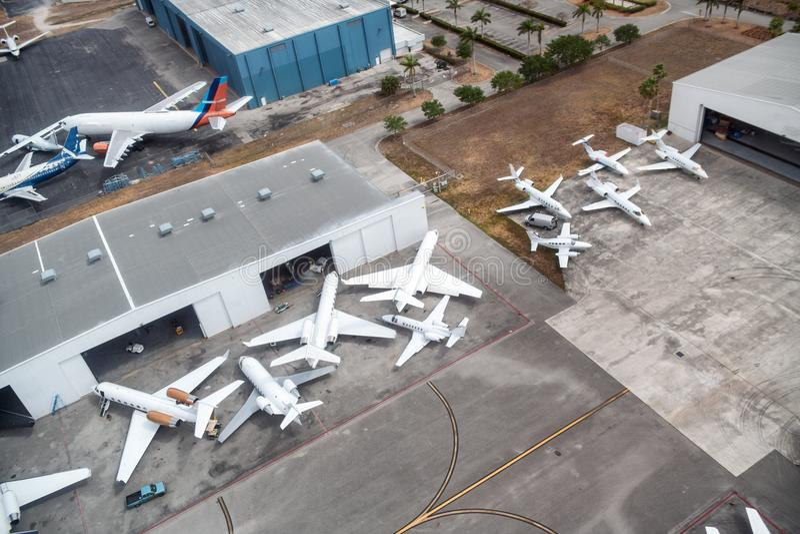 Os aviões entraram no aeroporto, vista aérea imagens de stock