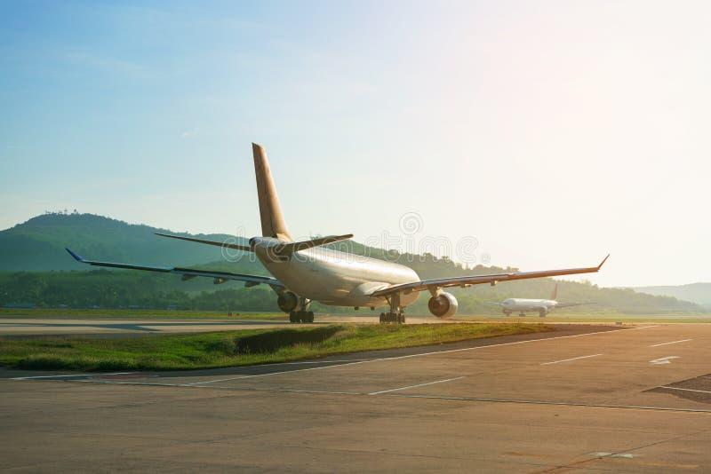 Os aviões grandes do passageiro na tira da pista de decolagem taxiing para a decolagem fotos de stock