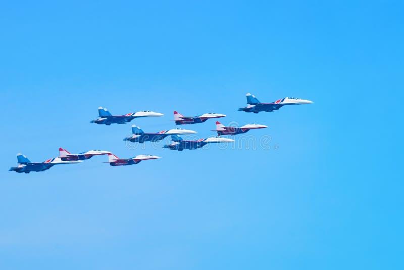 Os aviões planos militares migram no céu azul foto de stock royalty free