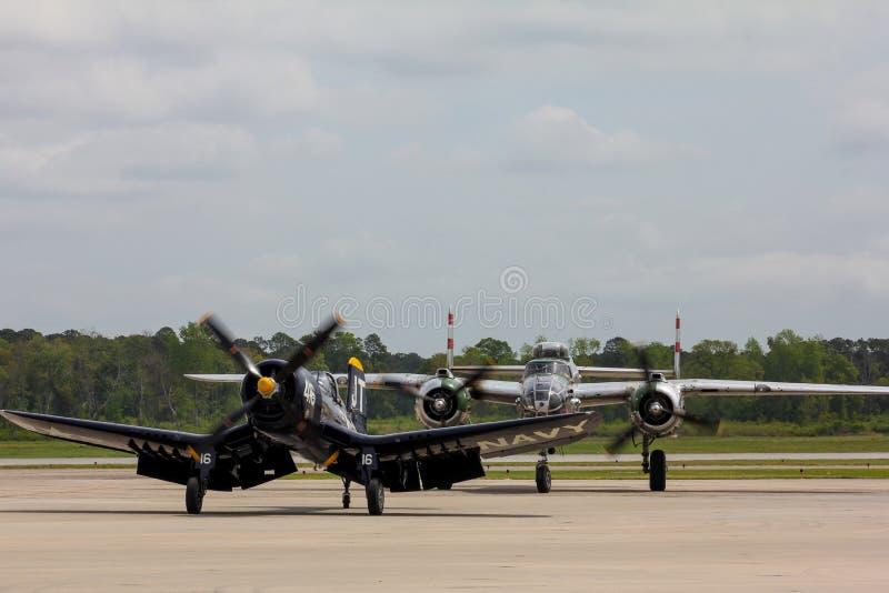 Os aviões restaurados do Estados Unidos da segunda guerra mundial terminam seu voo fotos de stock