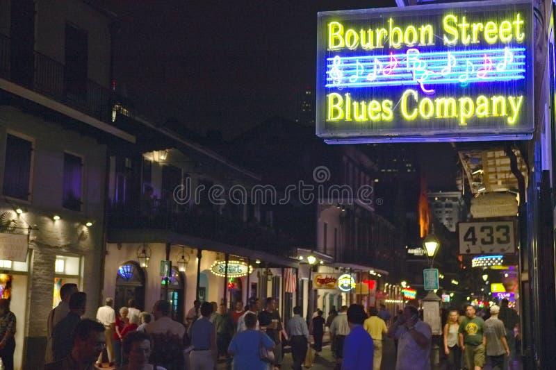 Os azuis batem e as luzes de néon na rua de Bourbon no bairro francês de Nova Orleães, Louisiana foto de stock