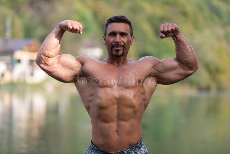 Os bíceps dobro levantam fora fotos de stock royalty free