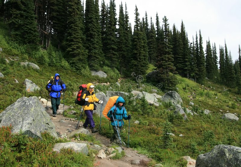 Os Backpackers aproximam o lago harmony foto de stock royalty free