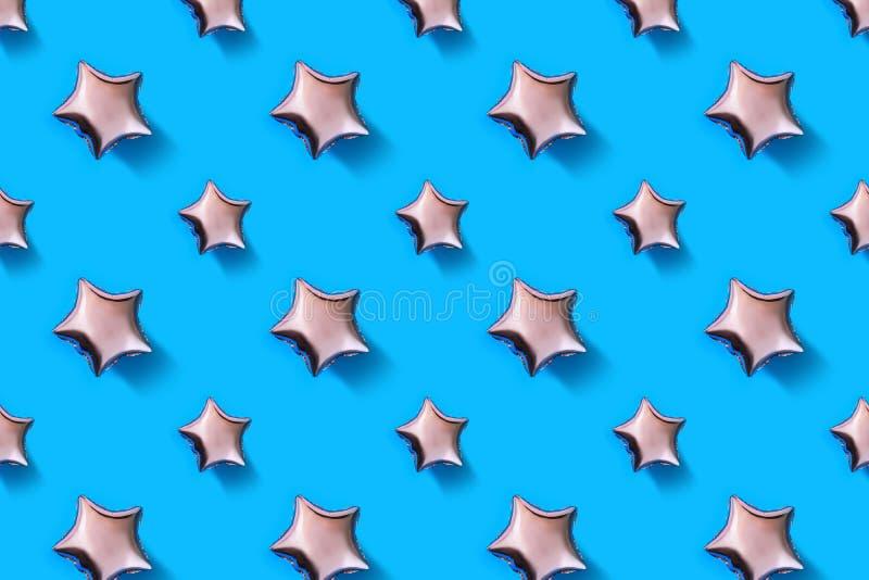 Os balões de ar da estrela deram forma à folha no fundo azul pastel Composição de Minimalistic do balão metálico Celebra??o do fe foto de stock