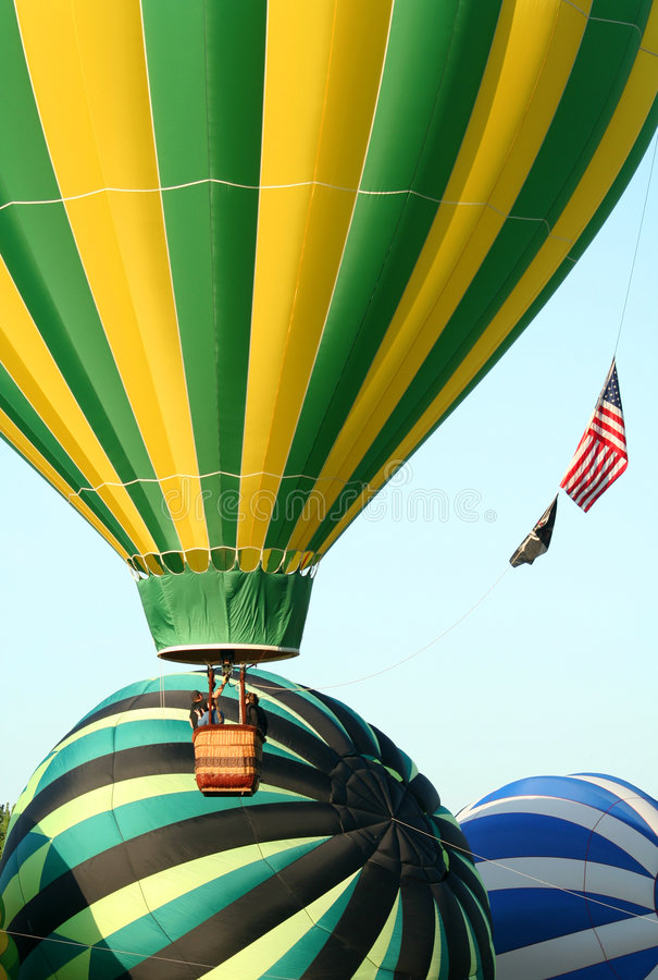 Os balões de ar quente descolam foto de stock
