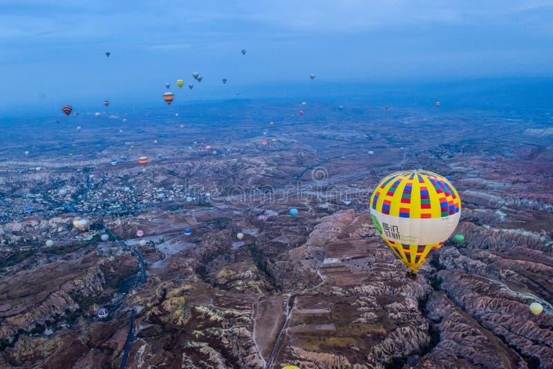 Os balões de ar quente migram a paisagem no céu azul nebuloso imagens de stock royalty free