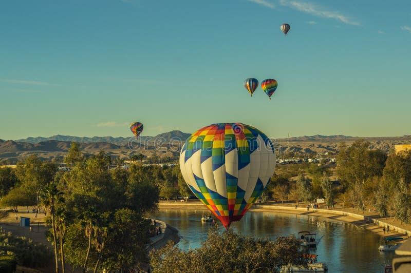 Os balões de ar quente sobem sobre Lake Havasu o Arizona foto de stock royalty free