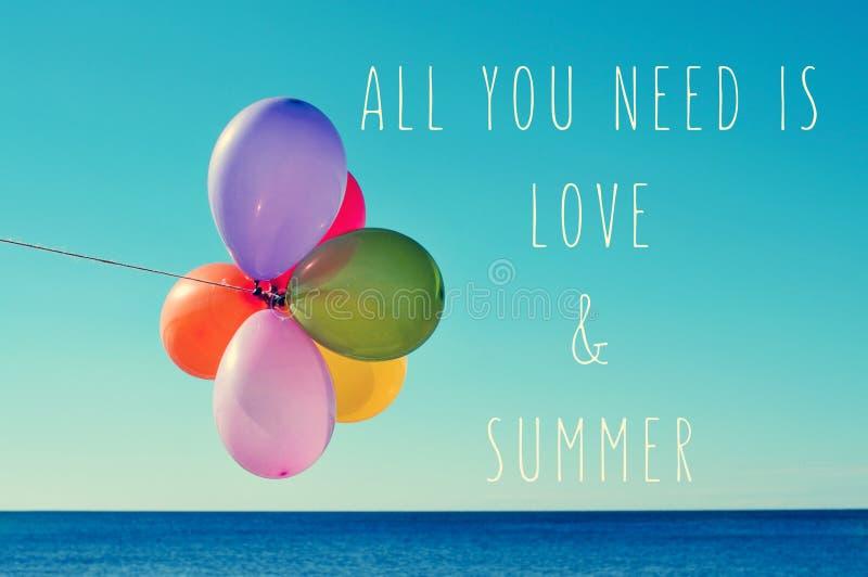Os balões no mar e text tudo que você precisa é amor e verão fotografia de stock