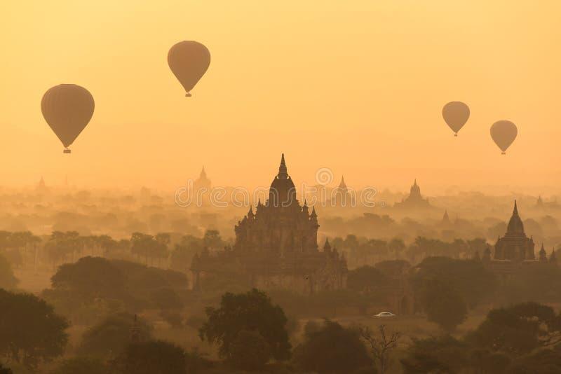 Os balões quentes do ar no pagode colocam em Bagan, Myanmar fotografia de stock