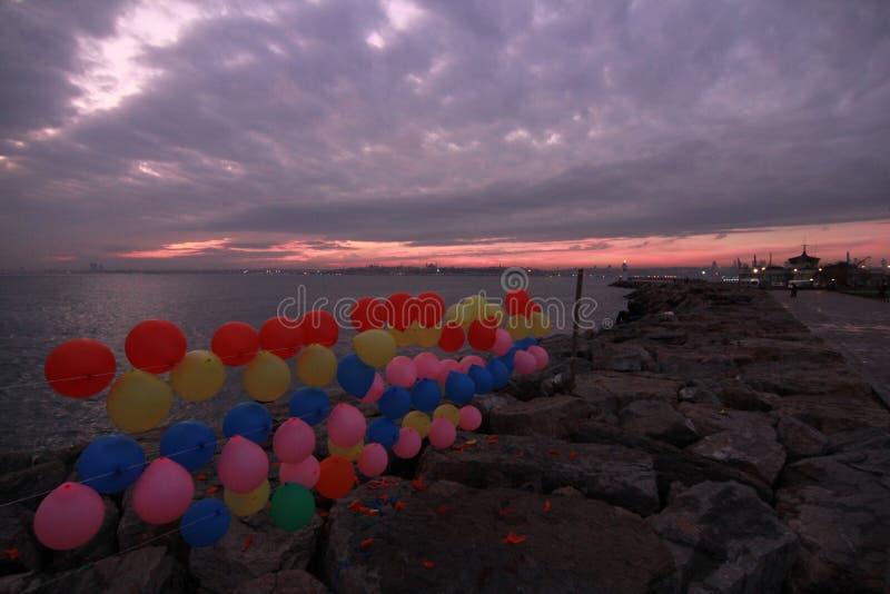 Os balões são uma parte da paisagem de Istambul - TURQUIA - ISTAMBUL modernas foto de stock