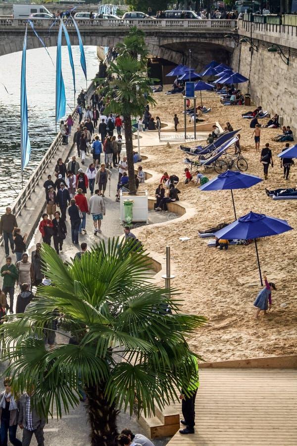 Os bancos Quais de Seine de Rowded Seine River transformaram em praias durante a operação Paris Plage que é organizada cada verão foto de stock royalty free