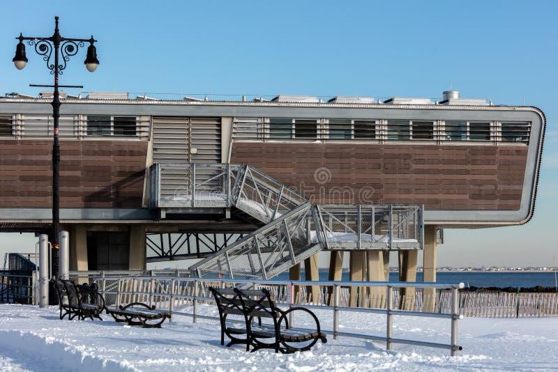 Download Os Banheiros Futuristas De Coney Island Foto Editorial - Imagem de modular, console: 65581011