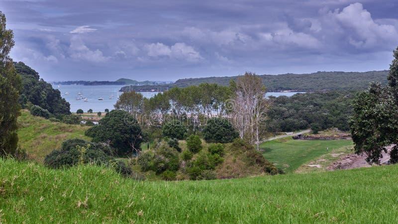 Os barcos amarraram fora do cais da baía de Islington como visto de Motutapu imagem de stock royalty free