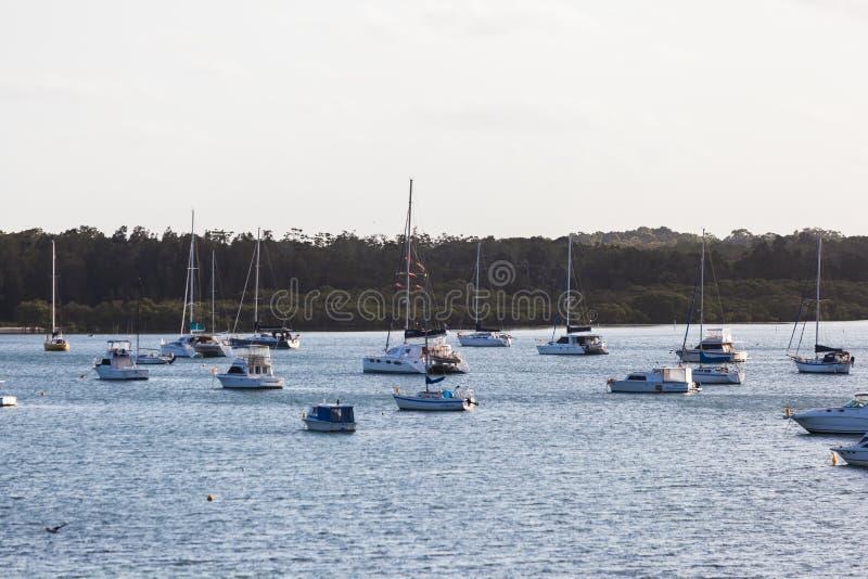 Os barcos amarraram na água no porto Stephens, perto de Newcastle, Austrália imagens de stock royalty free