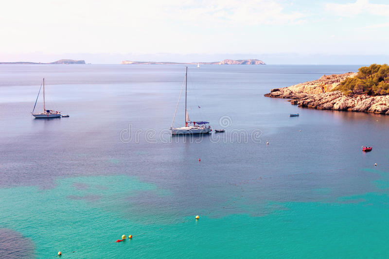 Os barcos ancoram em Cala Salada, Ibiza, Balearic Island foto de stock