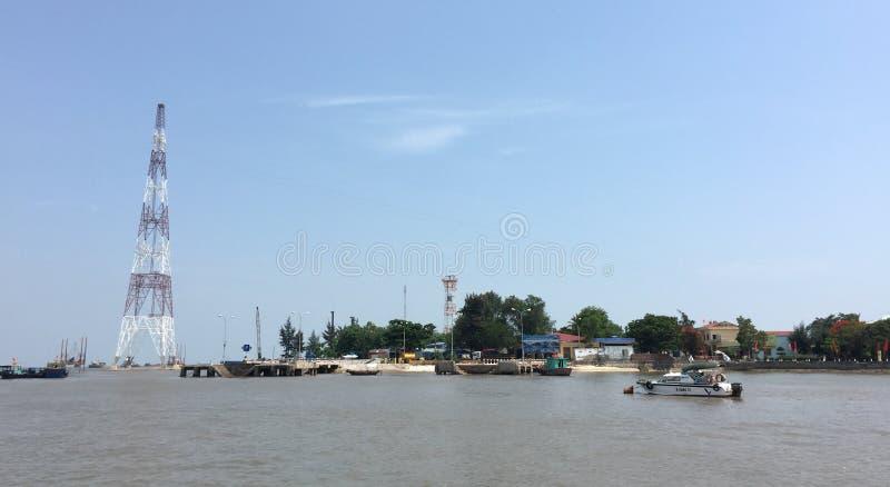 Os barcos correm no rio em Thai Nguyen, Vietname fotos de stock royalty free
