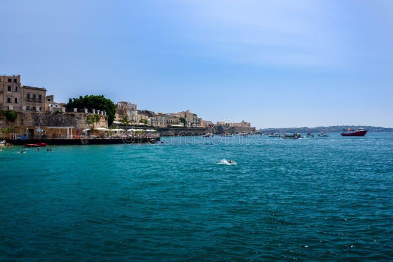 Os barcos costeiam a ilha de Ortigia no mar Mediterrâneo, Syra fotografia de stock