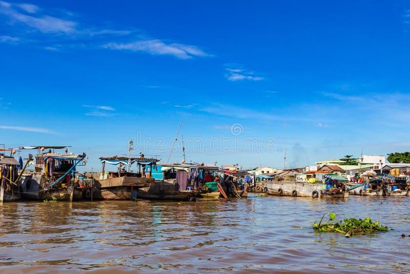 os barcos da Longo-cauda, os barcos de casa e as sampanas amarraram de lado a lado no delta de Mekong, Vietname imagens de stock royalty free