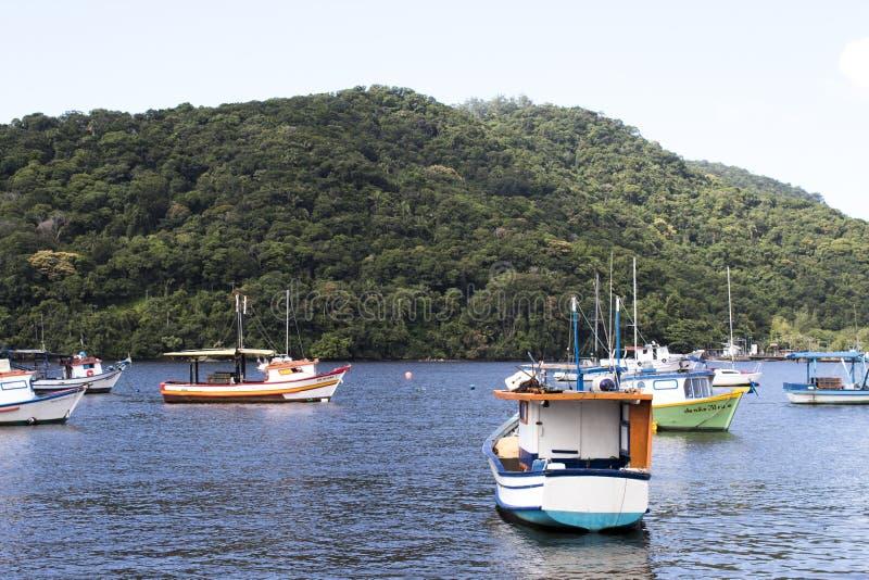 Os barcos da pesca e do turismo entraram no cais em diversos tamanhos e cores na costa de São Paulo fotografia de stock royalty free