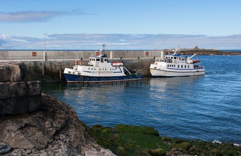 Os barcos de Doolin Ferry no oeste da Irlanda que toma turistas e locals do porto de Doolin à ilha de Aran fotos de stock royalty free
