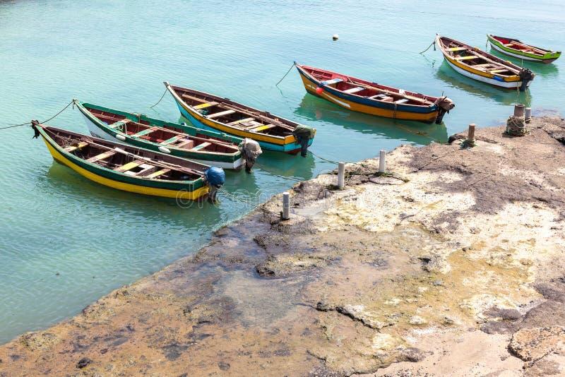 Os barcos de Fisher em Pedra Lume abrigam em ilhas do Sal - Cabo Verde - foto de stock royalty free