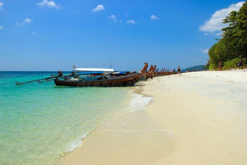 Os barcos de Longtail alinharam ao longo da praia, ilha de Rawi, Satun, Thaila fotografia de stock