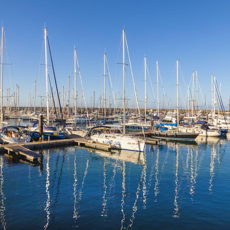 Os barcos de navigação encontram-se no porto Marina Rubicon na ilha de Lanzarote fotos de stock royalty free