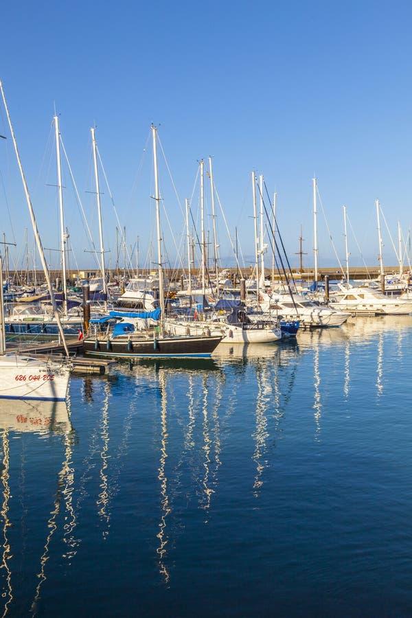 Os barcos de navigação encontram-se no porto Marina Rubicon na ilha de Lanzarote foto de stock