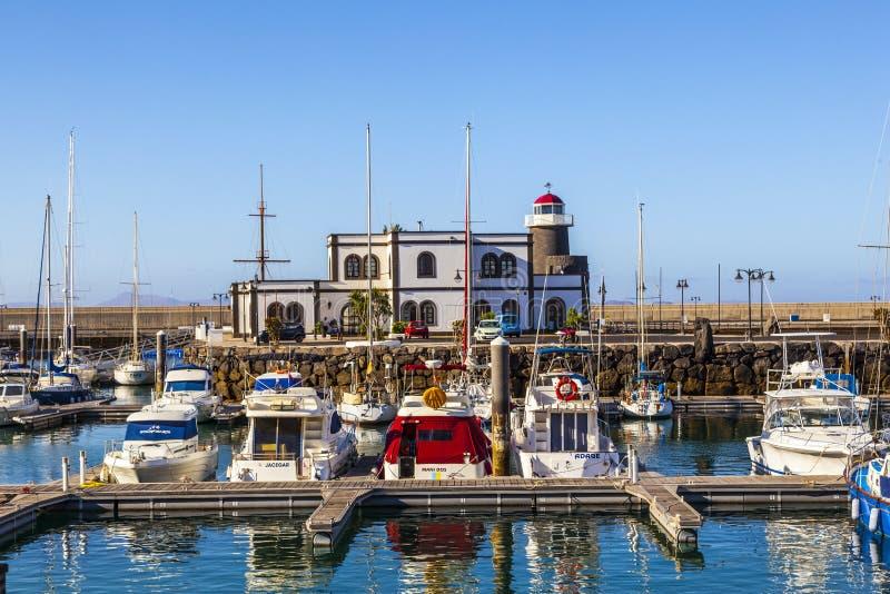 Os barcos de navigação encontram-se no porto Marina Rubicon na ilha de Lanzarote imagem de stock