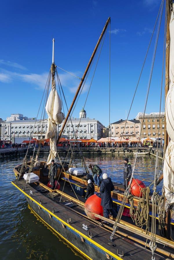 Os barcos de navigação velhos no porto da cidade de Helsínquia movem finland fotografia de stock
