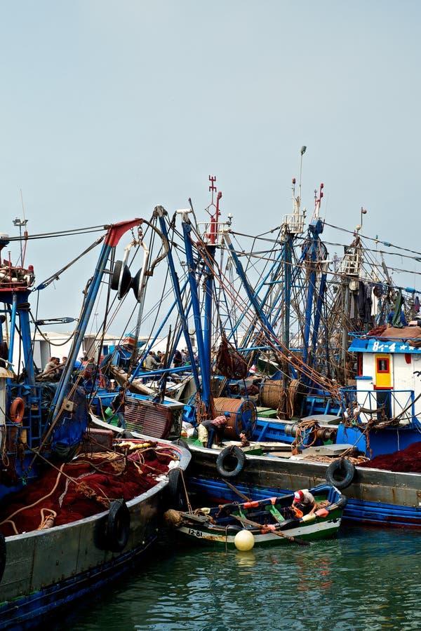 os barcos de pesca africanos entraram em um porto ao lado do mercado por atacado imagem de stock royalty free