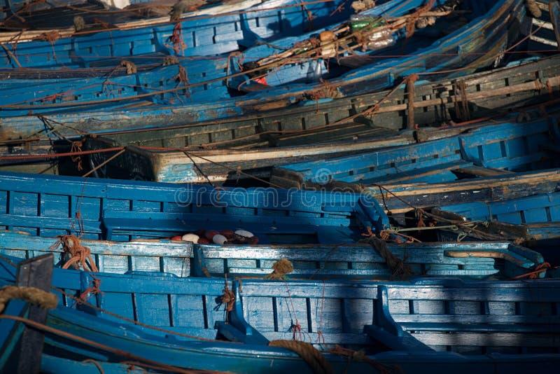 Os barcos de pesca azuis em Essaouira abrigam, Marrocos foto de stock royalty free