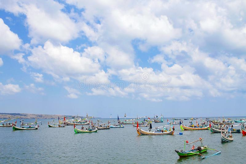 Os barcos de pesca em Jimbaran encalham, bali, Indonésia fotos de stock
