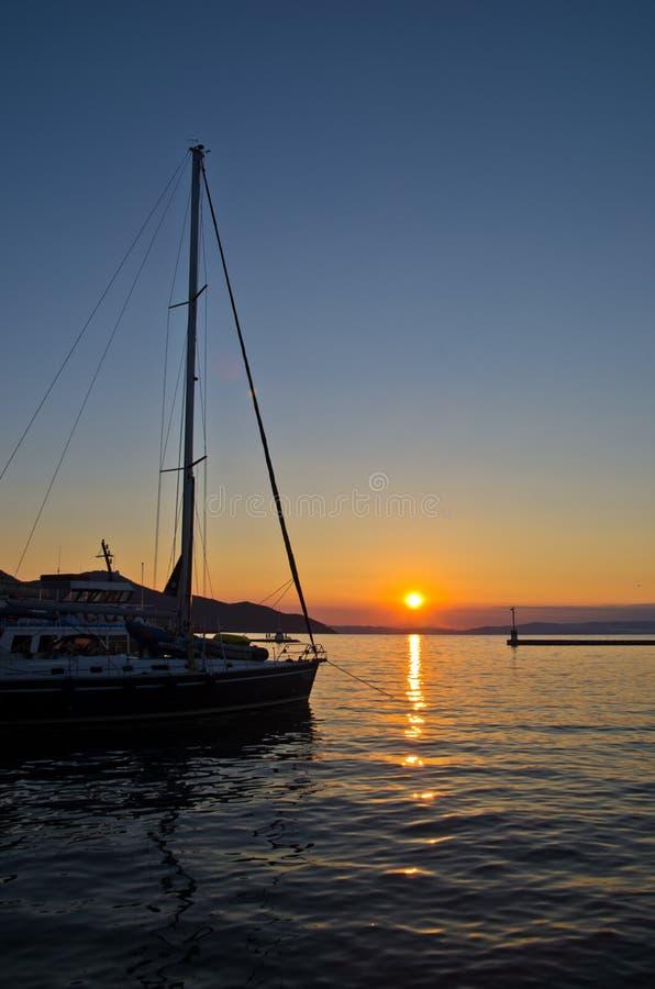 Os barcos de pesca em Limenas abrigam no por do sol, ilha de Thassos imagens de stock royalty free
