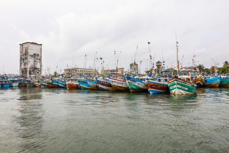 Os barcos de pesca estão no porto de Galle, Sri Lanka imagens de stock royalty free